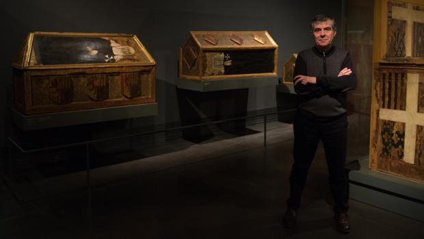 El director del Museo de Lérida, Josep Giralt, ante varias de las piezas del tesoro de Sijena