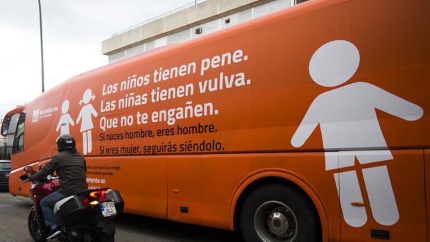 El bus de Hazte Oír, durante su circulación en Madrid