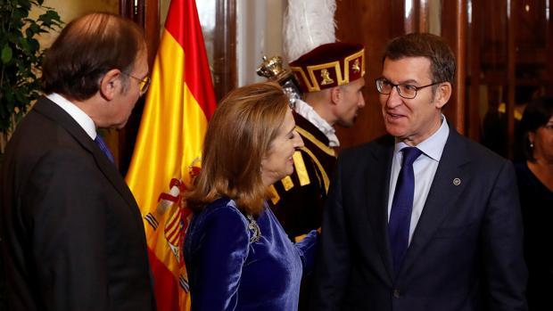 Feijóo (d), con Ana Pastor (c) y Pío García-Escudero (i)