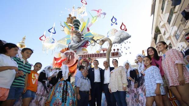La comisión de la Foguera Sèneca-Autobusos celebrando un triunfo en las fiestas alicantinas