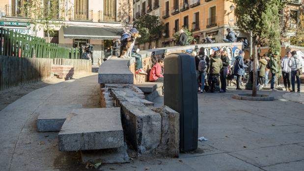 Uno de los muretes destrozados, en plena plaza del Dos de Mayo