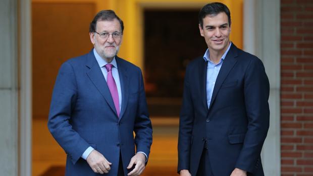 El presidente del Gobierno, Mariano Rajoy, junto al secretario general del PSOE, Pedro Sánchez, en la puerta de La Moncloa en una imagen de archivo