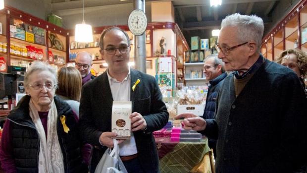 Turull estuvo ayer haciendo campaña en la pastelería de la familia de Puigdemont, en Amer (Gerona)