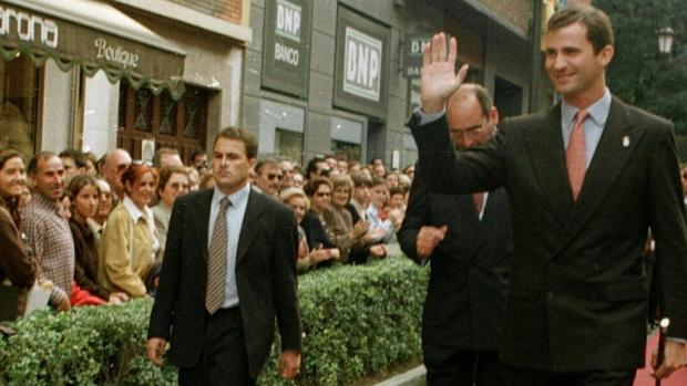 El nuevo jefe de Seguridad de la Casa del Rey, Miguel Herráiz, a la izquierda con corbata, en una imagen de archivo