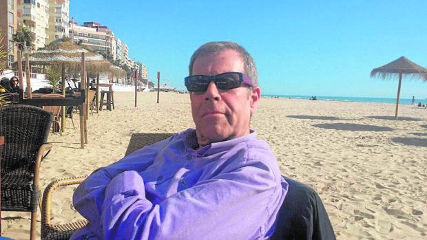 El periodista deportiva Tomás Guasch posa en una playa