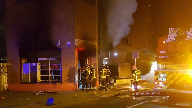 Los bomberos sofocan el incendio de la tienda de alimentación