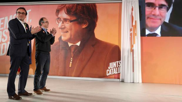 Josep Rull (izqda.) y Jordi Turull hablan por videoconferencia con Puigdemont el martes, tras salir de la cárcel