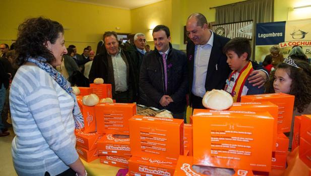 Ángel Luengo, entre los alcaldes de Santa Cruz y Méntrida, visitan uno de los expositores