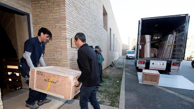 Las cajas con los bienes de Sijena, este lunes, a su llegada al histórico monasterio oscense