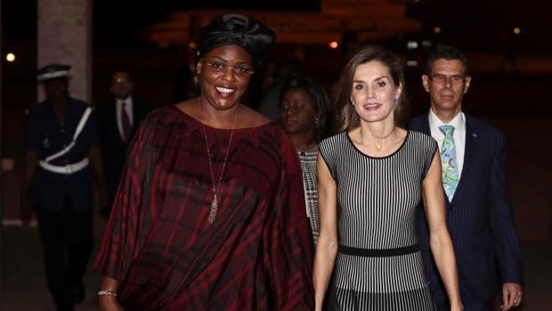 Doña Letizia es recibida por la primera dama de Senegal, Marième Faye, este lunes en Dakar