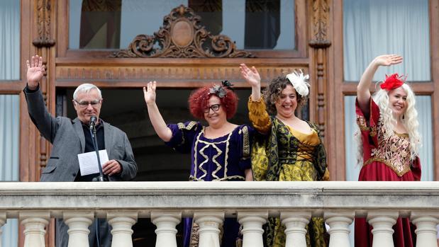 Imagen de Joan Ribó con las «Reinas Magas republicanas» en el Ayuntamiento de Valencia