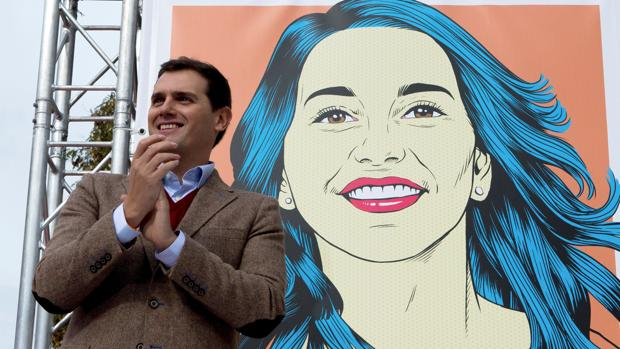 Albert Rivera en el acto ayer en Tarragona con la nueva imagen de campaña del partido