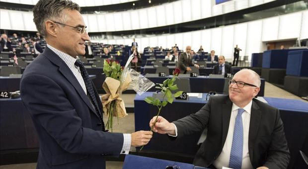 El diputado del PDeCAT en el Parlamento Europeo Ramon Tremosa entrega una rosa al vicepresidente de la Comision Europea Frans Timmermans