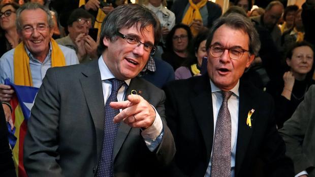 Artur Mas, junto a Carles Puigdemont el pasado 6 de diciembre en un acto en Bruselas