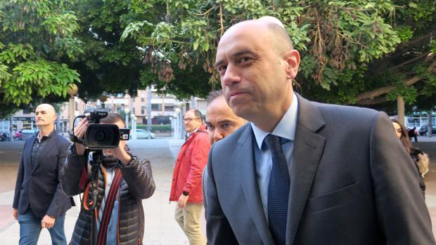 Imagen de Gabriel Echávarri, alcalde de Alicante, en su declaración ante el juez por despedir a la funcionaria cuñada del portavoz del PP