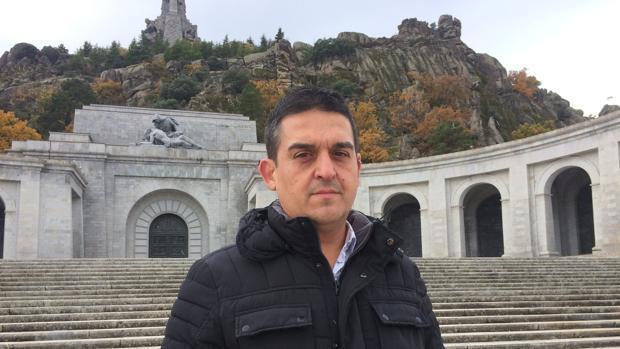 Imagen del senador de Compromís Carles Mulet delante del Valle de los Caídos