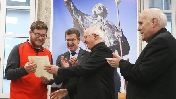 Andrew Patrick, recibe el diploma de manos del arzobispo de Santiago Julián Barrio