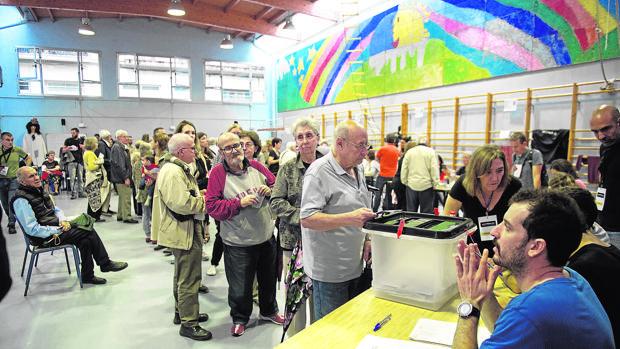 Varias personas hacen cola para votar en el referéndum ilegal del 1-O