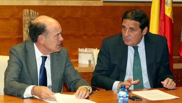 El presidente de la organización sindical CESM, José Luis Díaz Villarig, y el consejero de Sanidad, Antonio Sáez Aguado, en una imagen de archivo