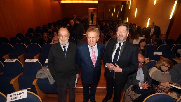 El viñetista Siro, el presidente de Hércules de Edicións, Francisco Rodríguez, y el director de ABC, Bieito Rubido