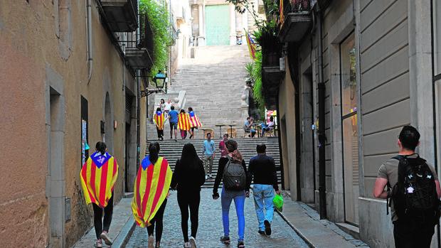Simpatizantes independentistas, en las calles de Gerona, días antes del referéndum ilegal