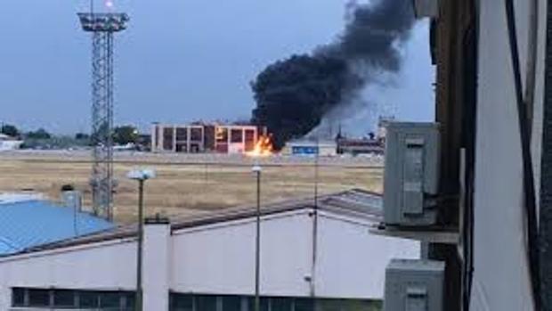 Dos heridos graves al estrellarse un helicóptero cuando aterrizaba en Cuatro Vientos