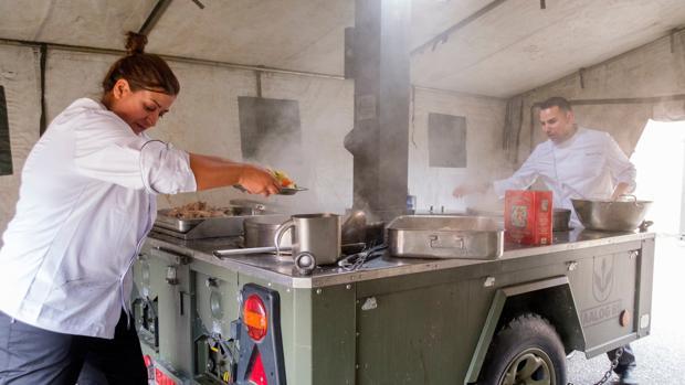 Dos concursantes del «Masterchef militar» en una improvisada cocina de campaña en Valladolid