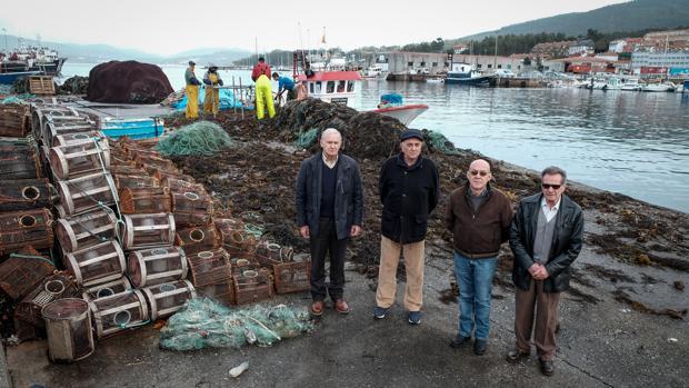 Los representantes de Long Hope, ayer en el puerto de Portosín