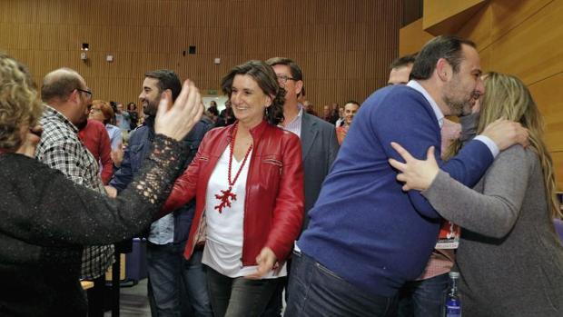 El secretario de organización del PSOE, José Luis Ábalos, junto a Mercedes Caballero saludando a militantes, este sábado en Valencia