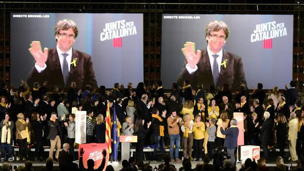 Puigdemont dice que el «frente del 155» no vencerá a la escuela catalana