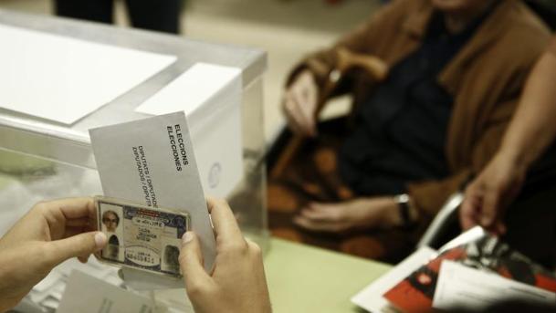 Imagen de una urna en las pasadas elecciones autonómicas en Cataluña, en 2015