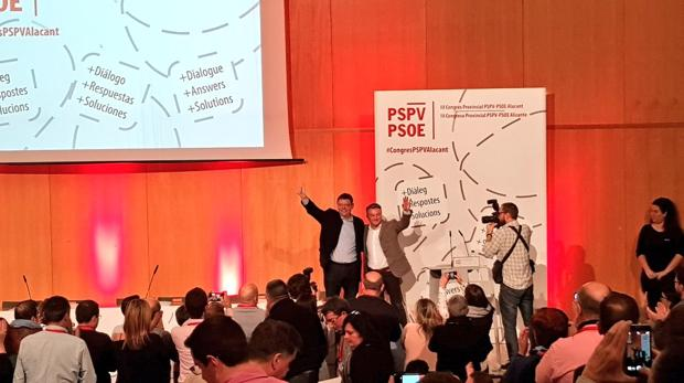 Puig y Chulvi saludan a los asistentes al congreso provincial de los socialistas alicantinos