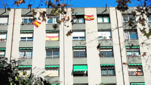 Banderas españolas en el distrito de San Martí de Provençals, en el que los partidos no secesionistas arrasan en las elecciones