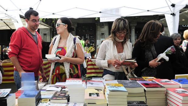 Un tenderete con libros durante el último Sant Jordi