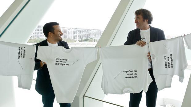 Imagen de Vicent Marzà y Ruben Trenzano tomada en la presentación de una campaña de promoción del valenciano