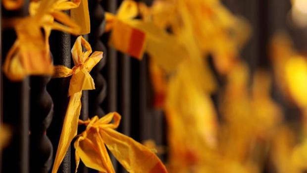 Lazos amarillos en la iglesia de San Juan, en Vilafranca del Penedés