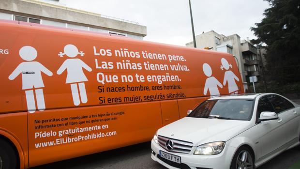 El autobús de HazteOir con el mensaje de la polémica