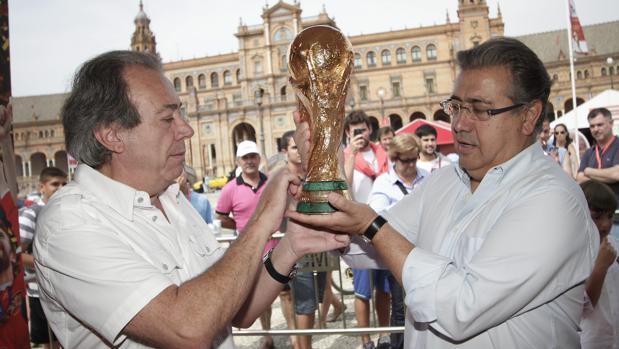 Pablo Ornaque con la Copa del Mundo ganada por España en el Mundial de Sudáfrica en 2010