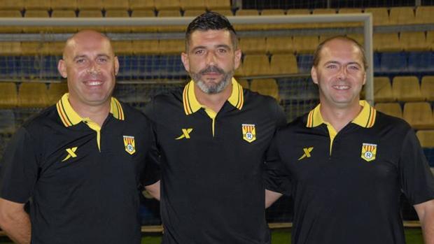 Alfredo Argensó, en el centro, junto a dos técnicos de su equipo en la ciudad deportiva del Villarreal