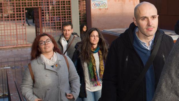 Los cuatro ediles de Somos Alcalá investigados, a su llegada al juzgado de Alcalá