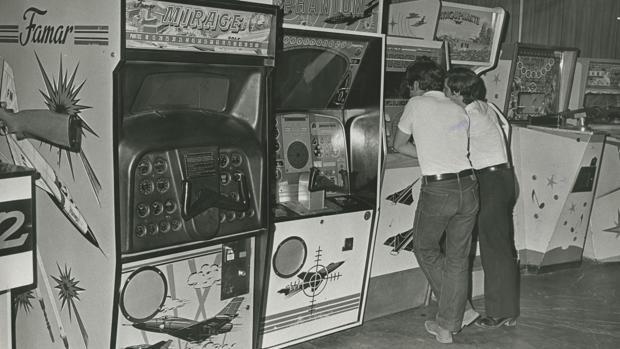 En los años setenta los niños y jóvenes tenían que ir a un salón de juegos recreativos y echar una moneda en la máquina para disfrutar de un juego virtual