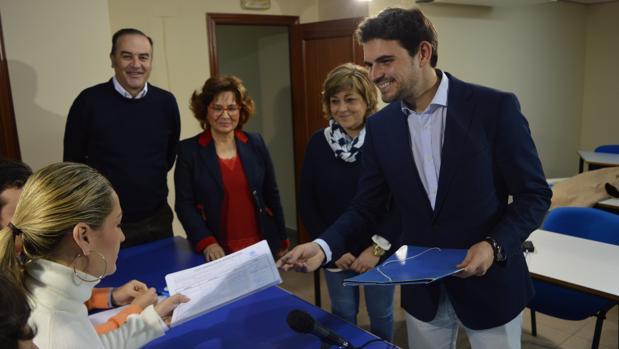 Serrano durante la presentación de los avales, acompañado por José Julián Gregorio y Carmen Riolobos