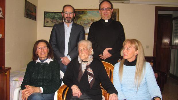 La centenaria consaburense junto al alcalde, el párroco y dos de sus hijas
