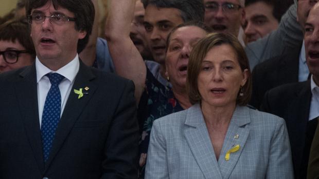 Carme Forcadell, en el Parlament junto a Puigdemont, durante el golpe independentista de octubre