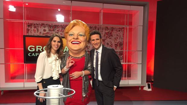 Los presentadores del sorteo, retransmitido en directo por la televisión autonómica pública, con «La Grossa»