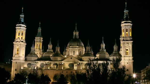 Vista nocturna de la zaragozana Basílica del Pilar