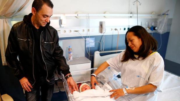 Karem y Joaquín miran a su hijo Derek, el primer madrileño nacido en 2018