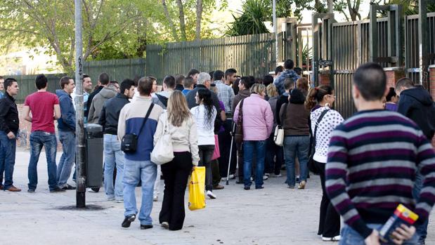 Alumnos de un instituto, a las puertas del centro