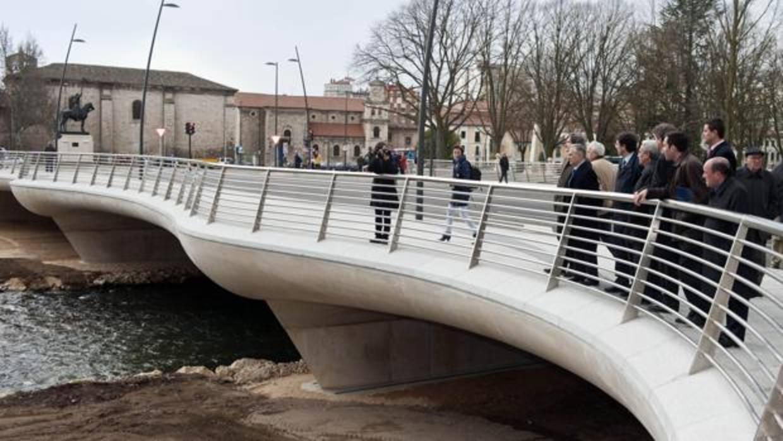 Herida tras caer al vacío cuando hacía malabarismos en la barandilla de un puente en Burgos