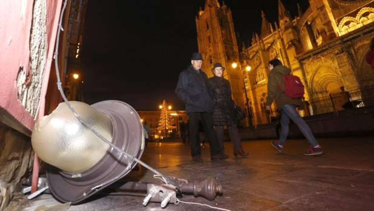 Se desprende una farola de una fachada frente a la Catedral de León